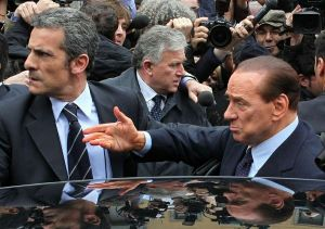 Berluzioni fuori dal tribunale di Milano